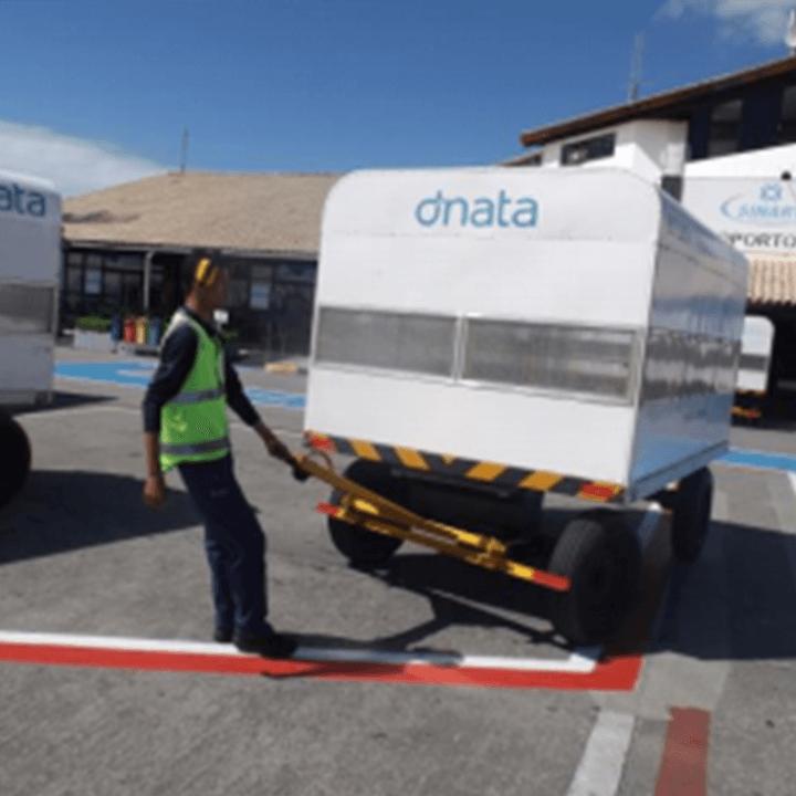 Denúncia do SNA (Sindicato Nacional dos Aeroviários) ao MPT (Ministério Público do Trabalho) comprova que profissionais da DNATA do Aeroporto de Porto Seguro (BA) transportavam cargas manuais de maneira inapropriada, graças administração da terceirizada.